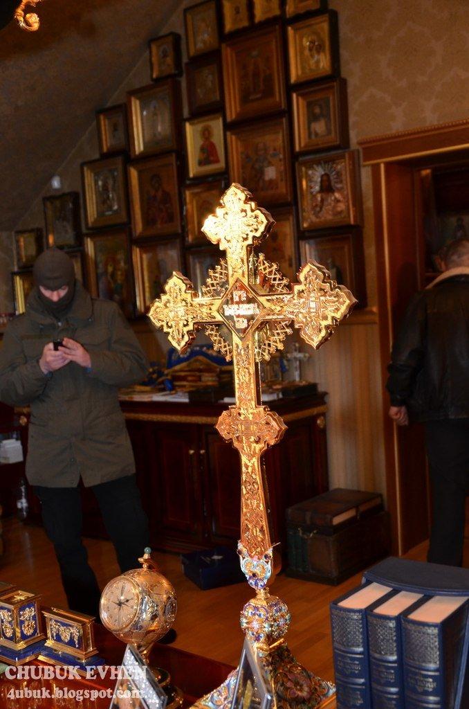 В доме у Пшонки: коллекция Фаберже и холодного оружия, портреты Януковича и похищенные Евангелия (ФОТО), фото-11