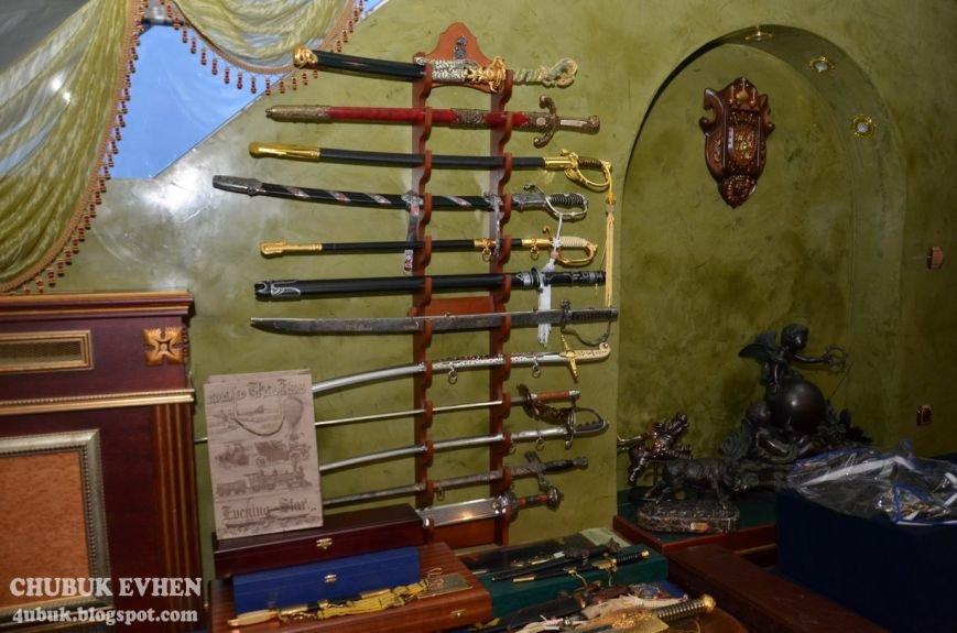 В доме у Пшонки: коллекция Фаберже и холодного оружия, портреты Януковича и похищенные Евангелия (ФОТО), фото-36