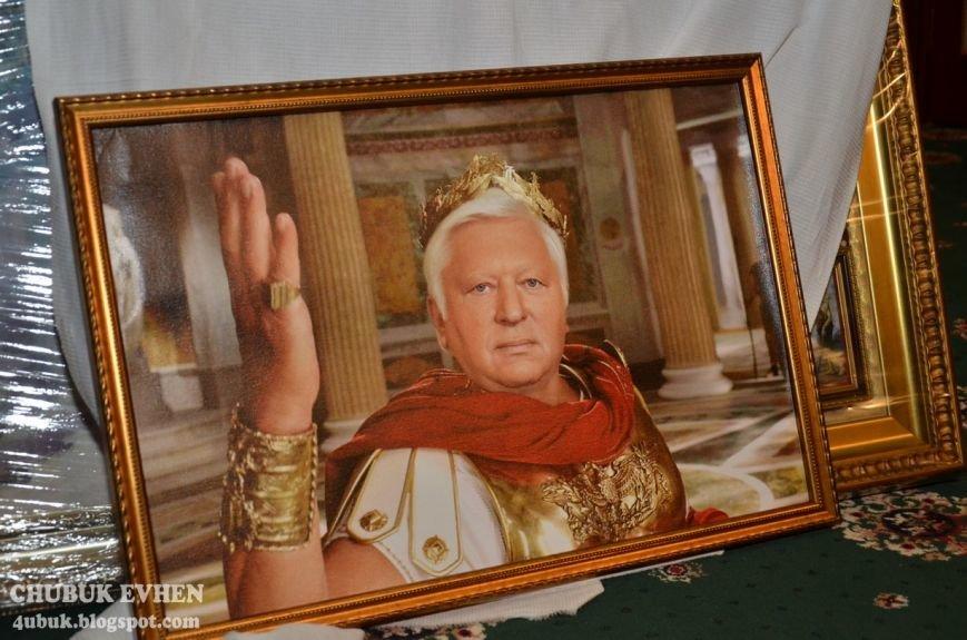 В доме у Пшонки: коллекция Фаберже и холодного оружия, портреты Януковича и похищенные Евангелия (ФОТО), фото-16