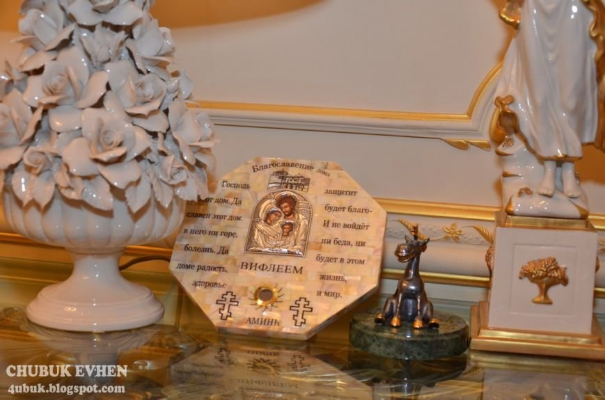 В доме у Пшонки: коллекция Фаберже и холодного оружия, портреты Януковича и похищенные Евангелия (ФОТО), фото-27
