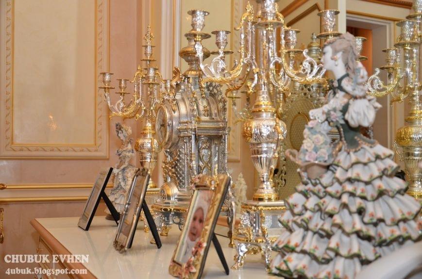 В доме у Пшонки: коллекция Фаберже и холодного оружия, портреты Януковича и похищенные Евангелия (ФОТО), фото-51