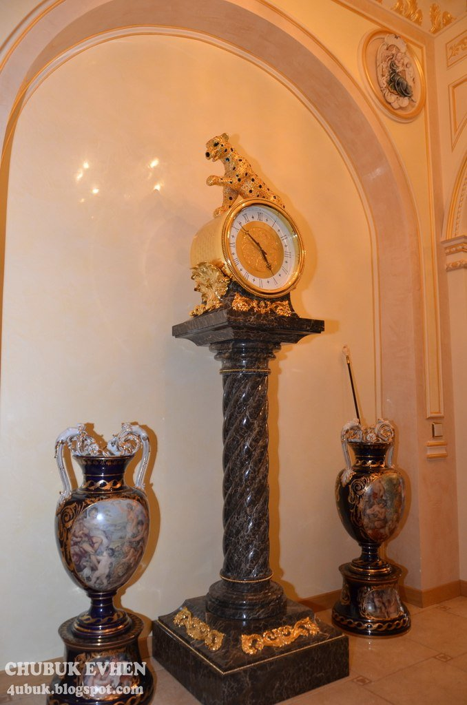 В доме у Пшонки: коллекция Фаберже и холодного оружия, портреты Януковича и похищенные Евангелия (ФОТО), фото-43