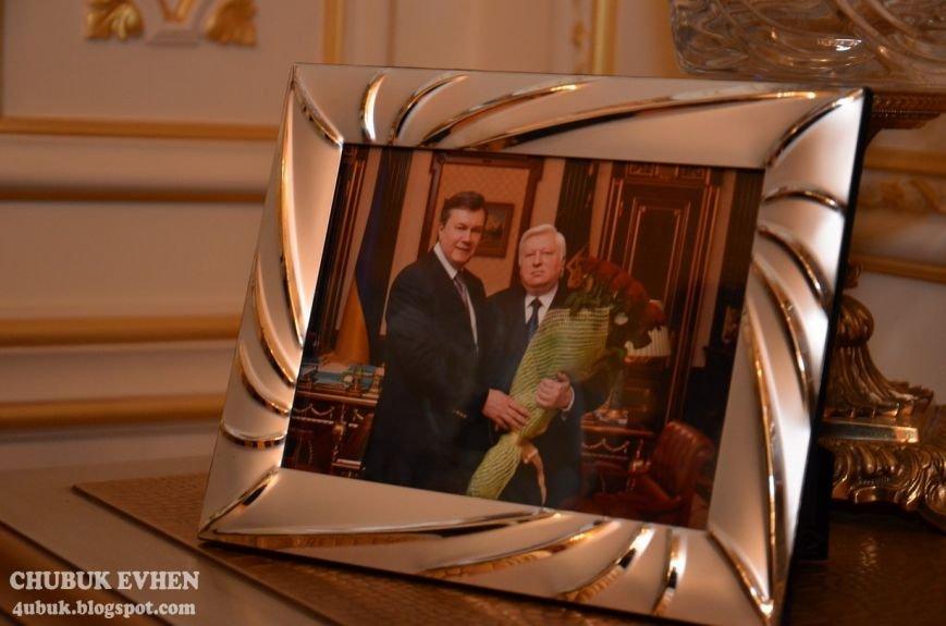 В доме у Пшонки: коллекция Фаберже и холодного оружия, портреты Януковича и похищенные Евангелия (ФОТО), фото-8