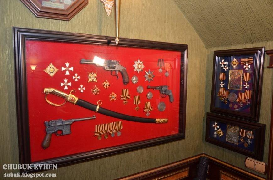 В доме у Пшонки: коллекция Фаберже и холодного оружия, портреты Януковича и похищенные Евангелия (ФОТО), фото-50