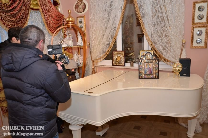 В доме у Пшонки: коллекция Фаберже и холодного оружия, портреты Януковича и похищенные Евангелия (ФОТО), фото-37