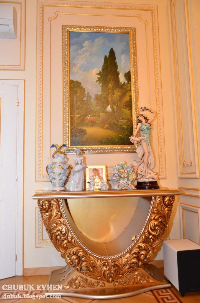 В доме у Пшонки: коллекция Фаберже и холодного оружия, портреты Януковича и похищенные Евангелия (ФОТО), фото-30