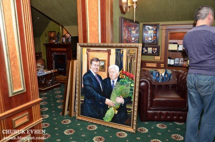В доме у Пшонки: коллекция Фаберже и холодного оружия, портреты Януковича и похищенные Евангелия (ФОТО), фото-38