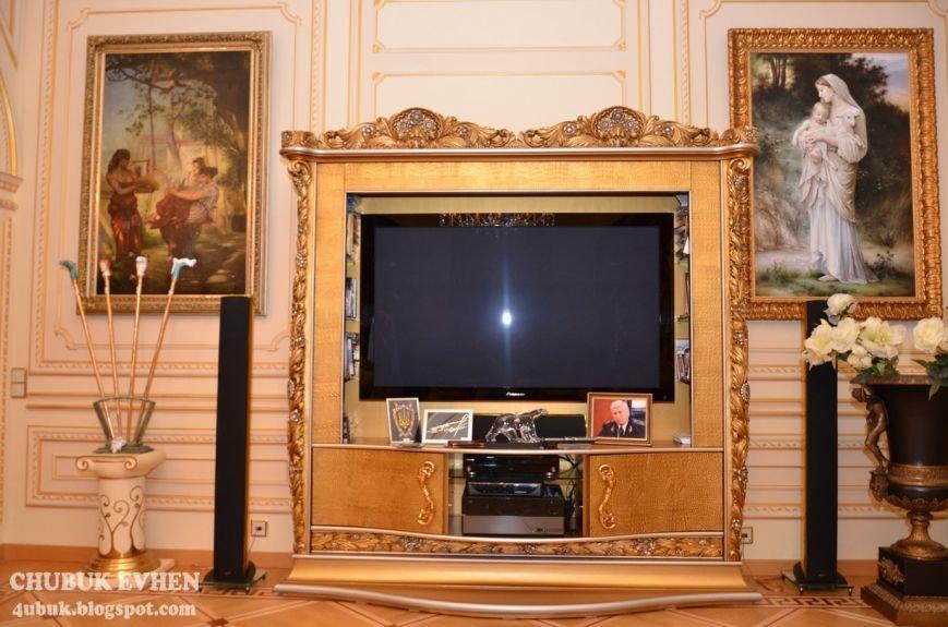 В доме у Пшонки: коллекция Фаберже и холодного оружия, портреты Януковича и похищенные Евангелия (ФОТО), фото-41
