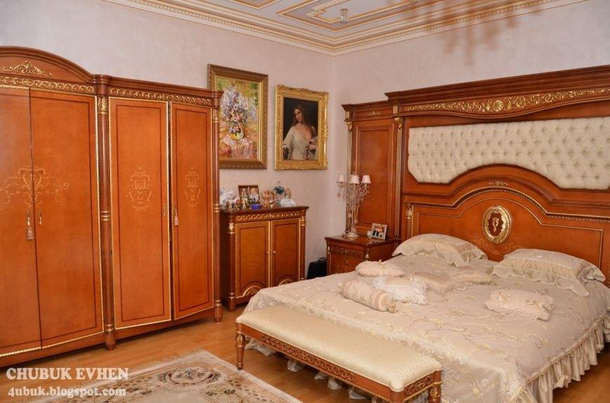 В доме у Пшонки: коллекция Фаберже и холодного оружия, портреты Януковича и похищенные Евангелия (ФОТО), фото-24
