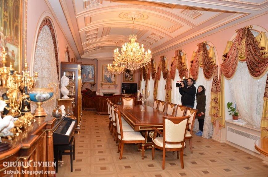 В доме у Пшонки: коллекция Фаберже и холодного оружия, портреты Януковича и похищенные Евангелия (ФОТО), фото-62