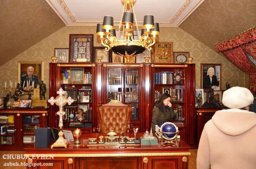 В доме у Пшонки: коллекция Фаберже и холодного оружия, портреты Януковича и похищенные Евангелия (ФОТО), фото-26