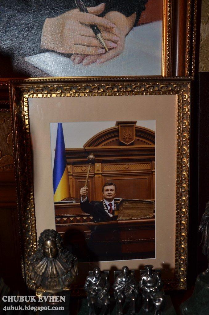 В доме у Пшонки: коллекция Фаберже и холодного оружия, портреты Януковича и похищенные Евангелия (ФОТО), фото-55
