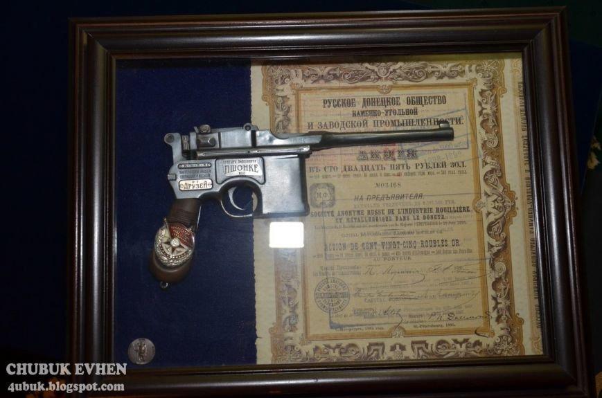 В доме у Пшонки: коллекция Фаберже и холодного оружия, портреты Януковича и похищенные Евангелия (ФОТО), фото-60