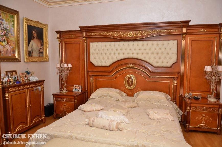 В доме у Пшонки: коллекция Фаберже и холодного оружия, портреты Януковича и похищенные Евангелия (ФОТО), фото-52