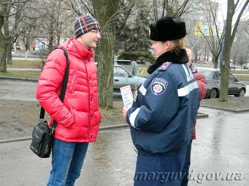 25_02_2014_Mariupol_GAI razdayut listovki_4