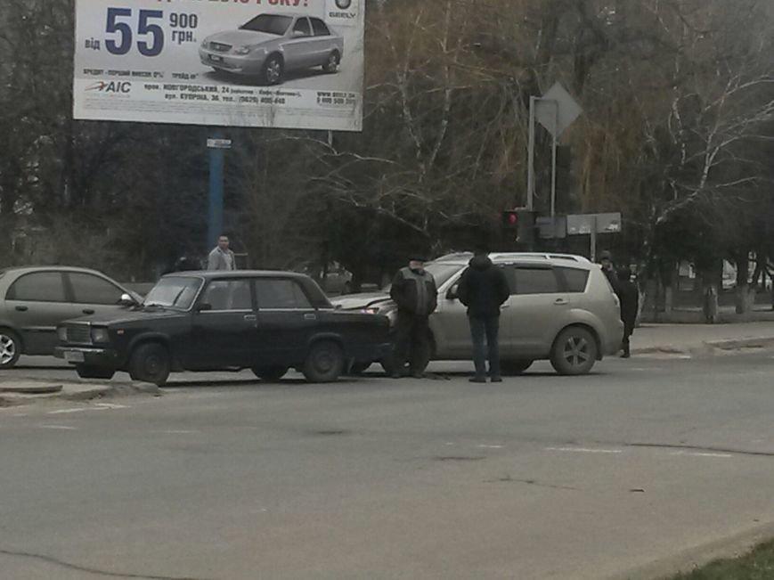 В Мариуполе внедорожник столкнулся с легковушкой. Есть пострадавшие (ФОТО+ВИДЕО), фото-1