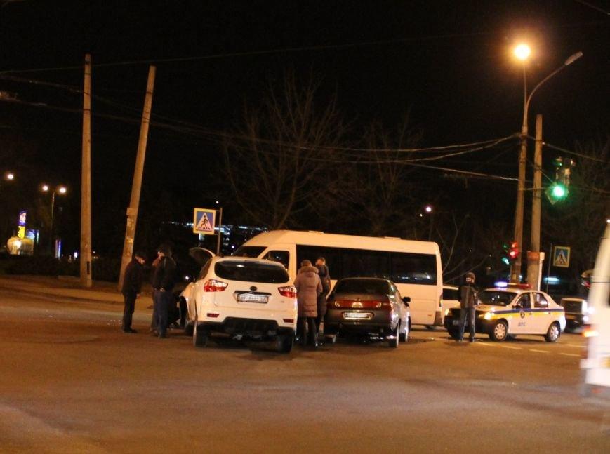 На самом аварийном перекрёстке Кривого Рога девушка разбила внедорожник и маршрутку (ФОТО), фото-1