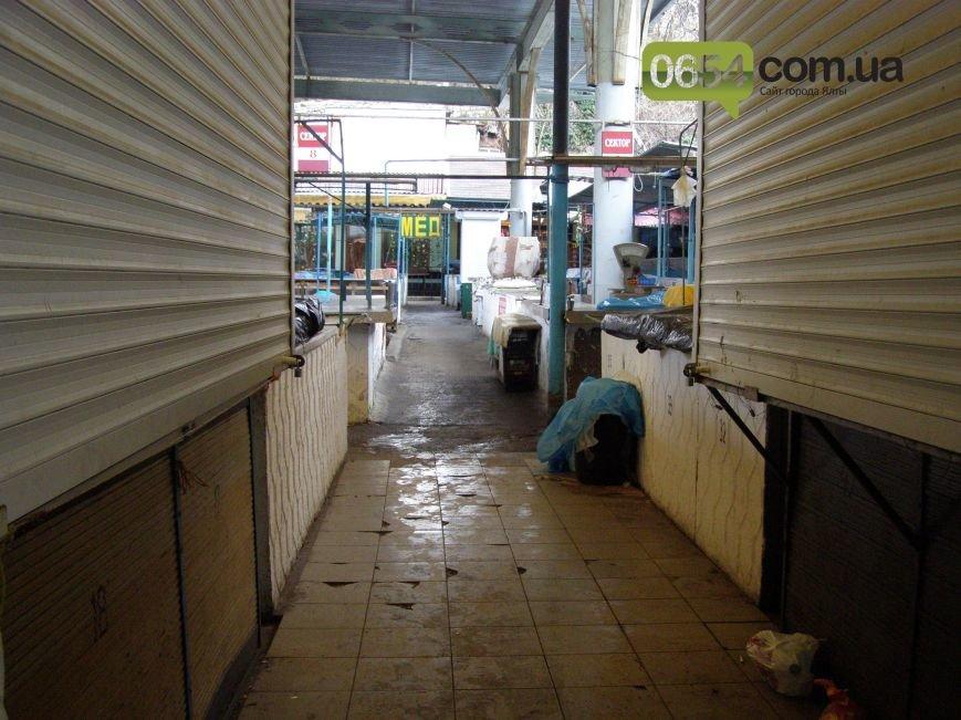 Утром ялтинский Центральный рынок пустовал: работники, все же, выказали недовольство властям, фото-4