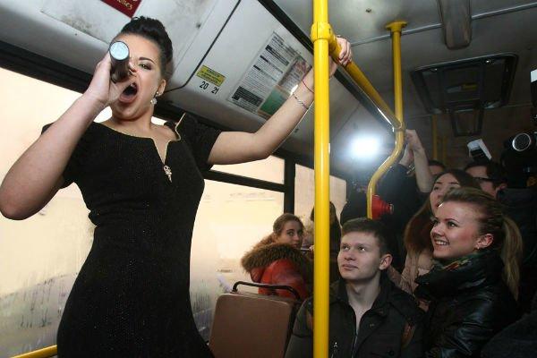 Фоторепортаж: Герои из Музея мадам Тюссо ожили в гродненском автобусе (фото) - фото 1