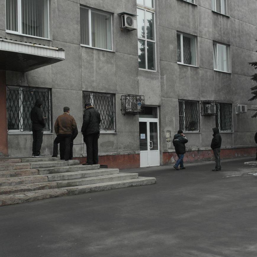 В Красноармейске во время создания Народной рады под исполкомом «кучковались» молодчики (ФОТОФАКТ), фото-1