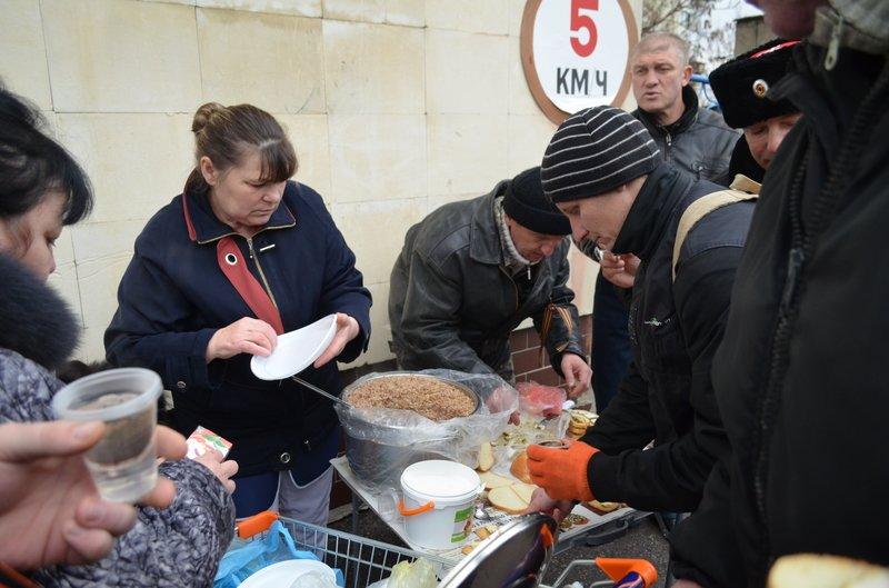 В центре Симферополя требуют отставки Куницына: активисты готовятся жечь покрышки (ФОТО), фото-3