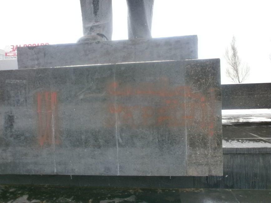 Пока милиция спит: в Мариуполе вновь разрисовали памятник Ленину (ФОТО), фото-2