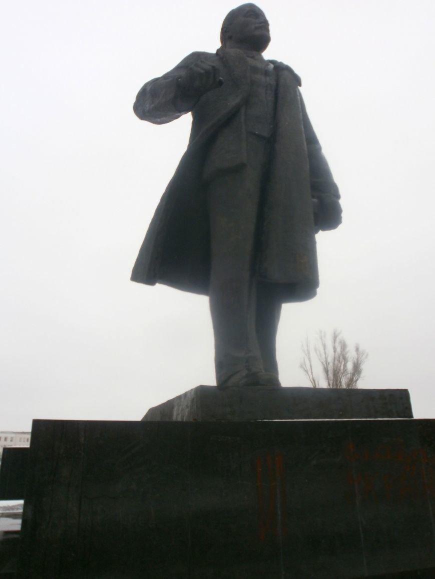Пока милиция спит: в Мариуполе вновь разрисовали памятник Ленину (ФОТО), фото-1