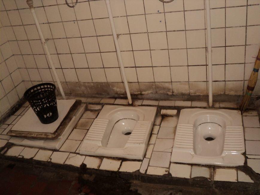 В Мариуполе зловонный туалет распугал шахматистов (ФОТО), фото-1