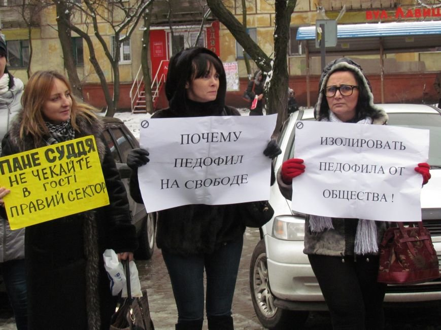 Почему педофил на свободе? В Мариуполе пикетировали Приморский суд (ФОТО), фото-7