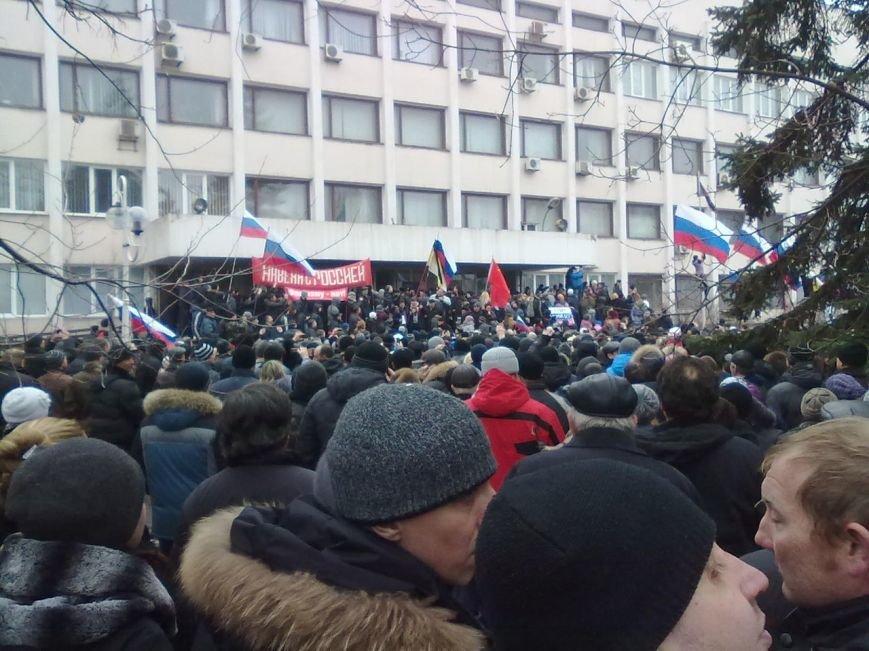 Коммунисты закрыли митинг возле Глеба Жеглова. В Мариуполе люди двинулись к мэрии и подняли над ней флаг России (Обновляется,ФОТО, Видео), фото-6