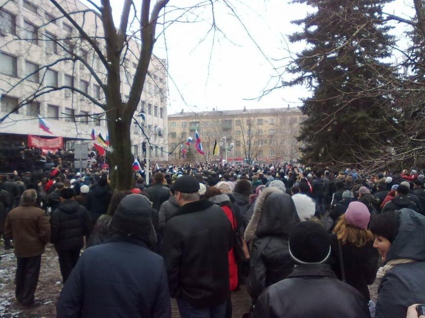 Коммунисты закрыли митинг возле Глеба Жеглова. В Мариуполе люди двинулись к мэрии и подняли над ней флаг России (Обновляется,ФОТО, Видео), фото-5