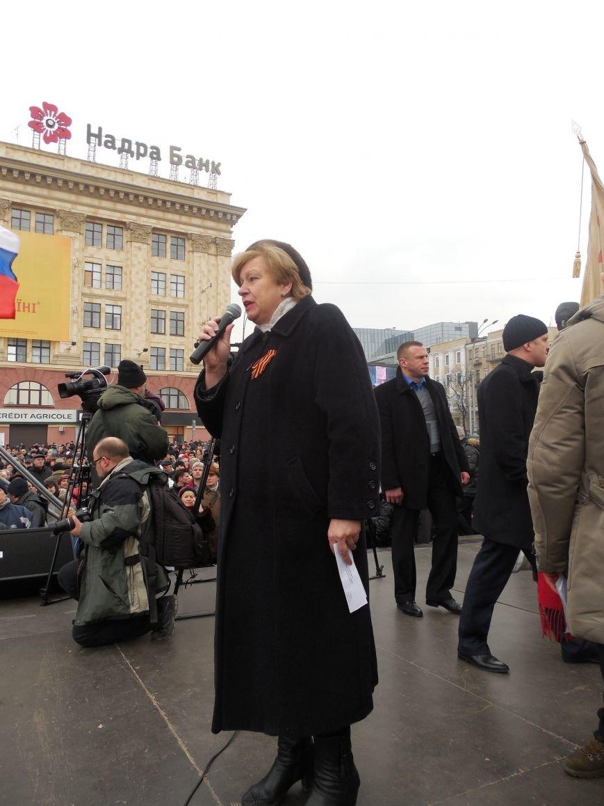«Россия - SOS» или всего два украинских флага на многотысячную толпу: что происходит на площади Свободы (фото), фото-21