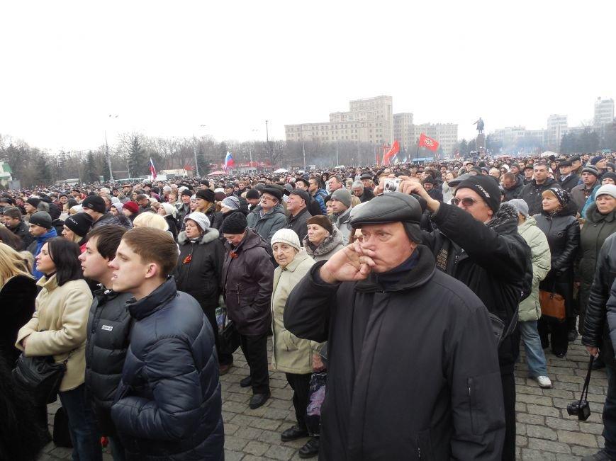 «Россия - SOS» или всего два украинских флага на многотысячную толпу: что происходит на площади Свободы (фото), фото-6