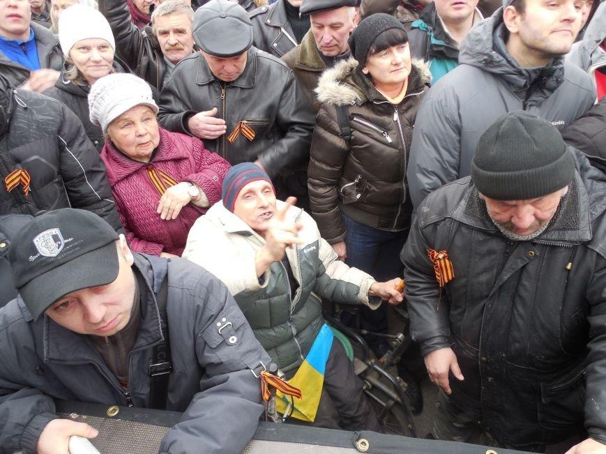 «Россия - SOS» или всего два украинских флага на многотысячную толпу: что происходит на площади Свободы (фото), фото-31