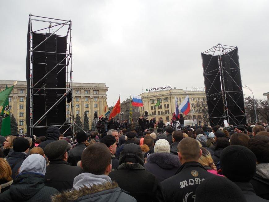 «Россия - SOS» или всего два украинских флага на многотысячную толпу: что происходит на площади Свободы (фото), фото-3