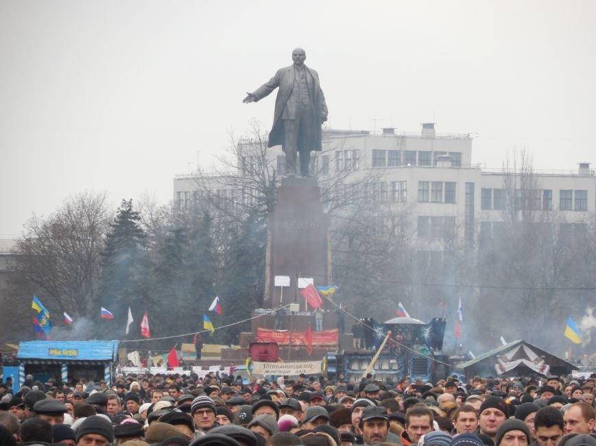 «Россия - SOS» или всего два украинских флага на многотысячную толпу: что происходит на площади Свободы (фото), фото-37