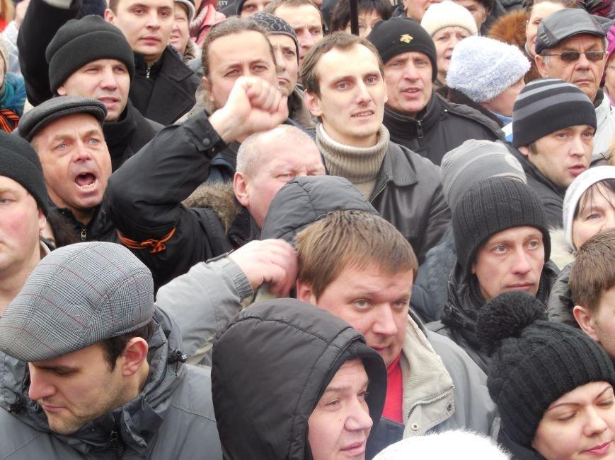 «Россия - SOS» или всего два украинских флага на многотысячную толпу: что происходит на площади Свободы (фото), фото-16