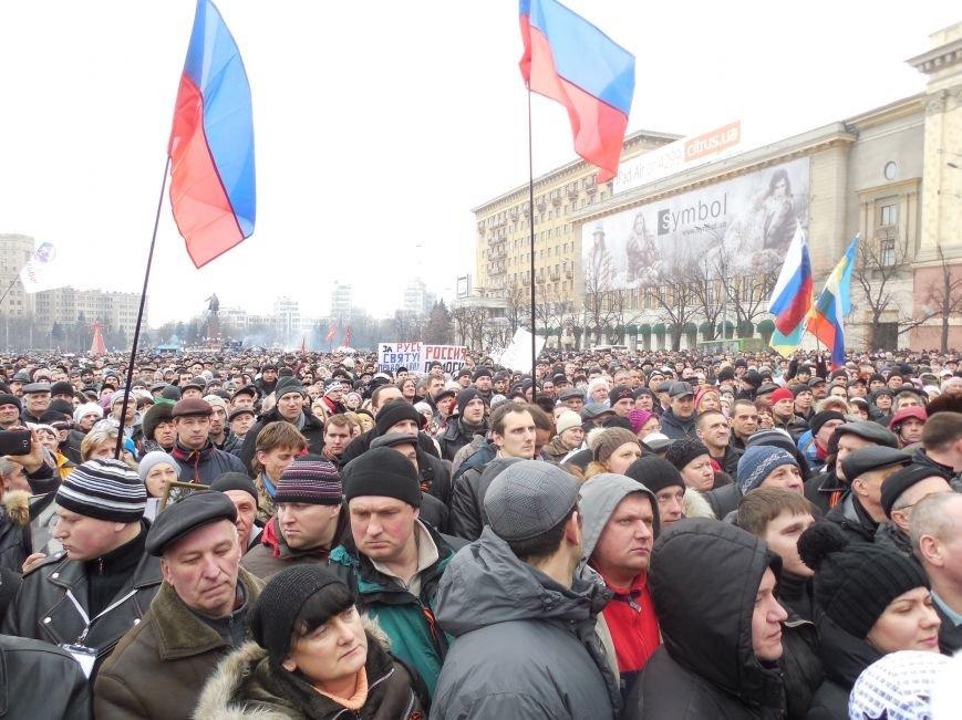 «Россия - SOS» или всего два украинских флага на многотысячную толпу: что происходит на площади Свободы (фото), фото-34