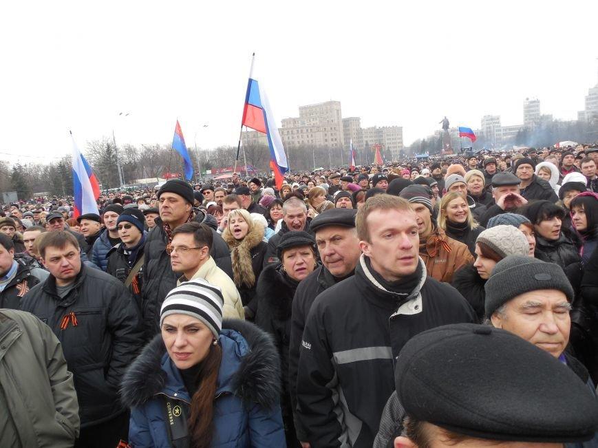 «Россия - SOS» или всего два украинских флага на многотысячную толпу: что происходит на площади Свободы (фото), фото-9