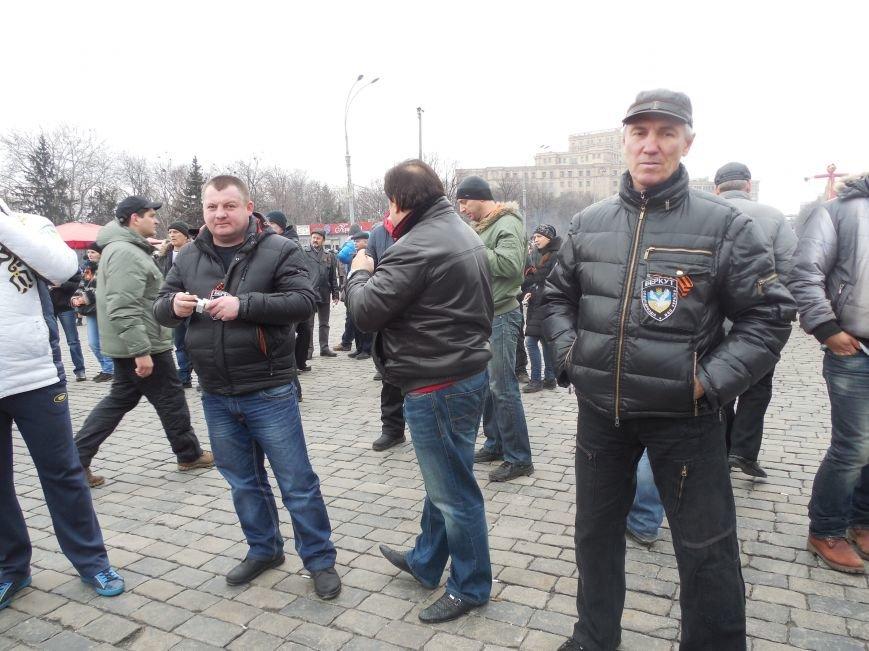 «Россия - SOS» или всего два украинских флага на многотысячную толпу: что происходит на площади Свободы (фото), фото-43