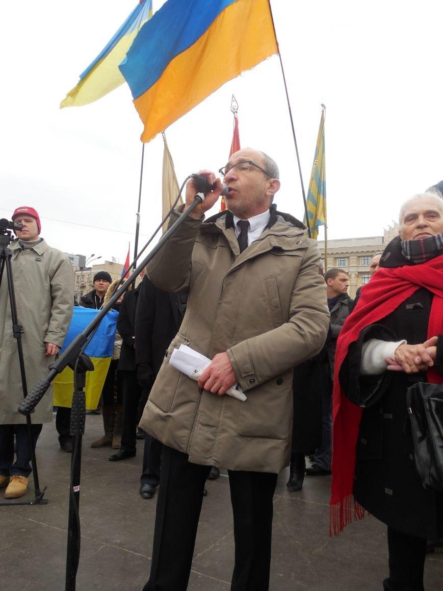 «Россия - SOS» или всего два украинских флага на многотысячную толпу: что происходит на площади Свободы (фото), фото-28
