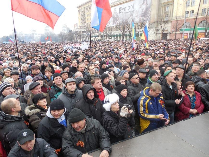 «Россия - SOS» или всего два украинских флага на многотысячную толпу: что происходит на площади Свободы (фото), фото-11