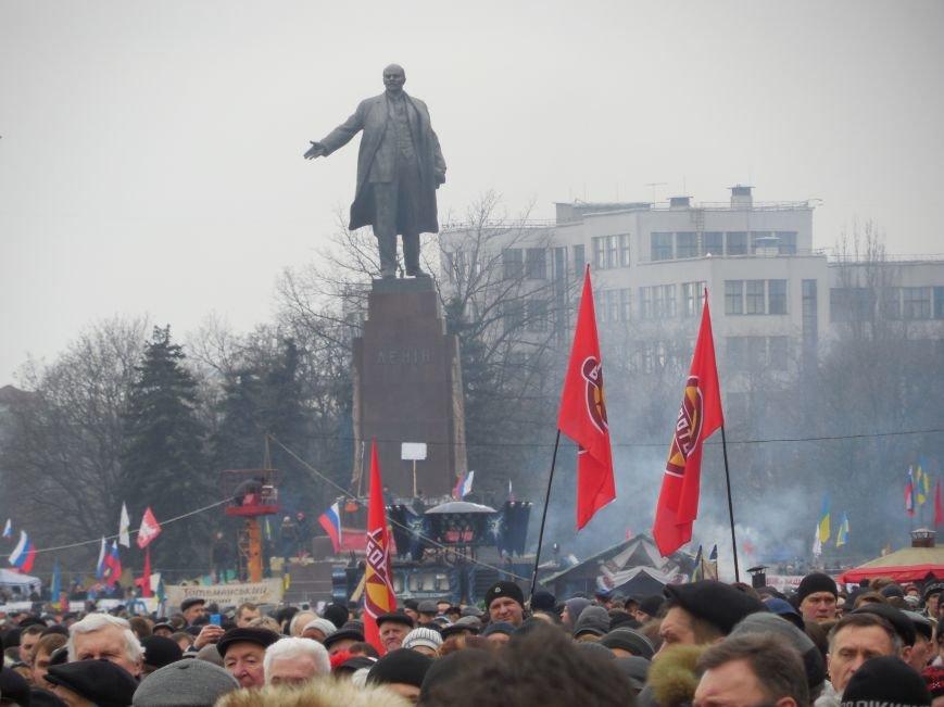 «Россия - SOS» или всего два украинских флага на многотысячную толпу: что происходит на площади Свободы (фото), фото-5