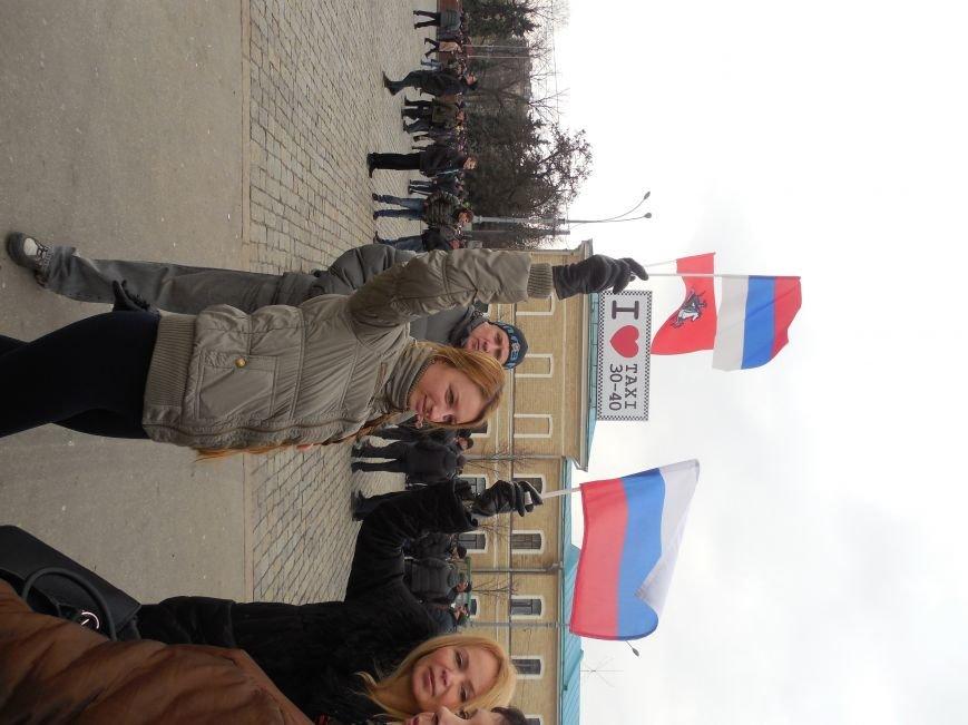 «Россия - SOS» или всего два украинских флага на многотысячную толпу: что происходит на площади Свободы (фото), фото-42