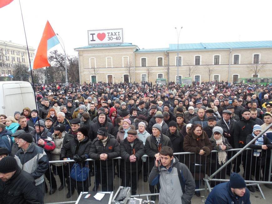 «Россия - SOS» или всего два украинских флага на многотысячную толпу: что происходит на площади Свободы (фото), фото-12