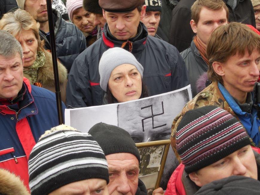 «Россия - SOS» или всего два украинских флага на многотысячную толпу: что происходит на площади Свободы (фото), фото-15