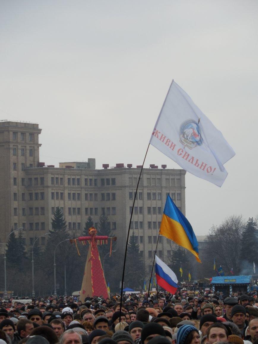 «Россия - SOS» или всего два украинских флага на многотысячную толпу: что происходит на площади Свободы (фото), фото-22