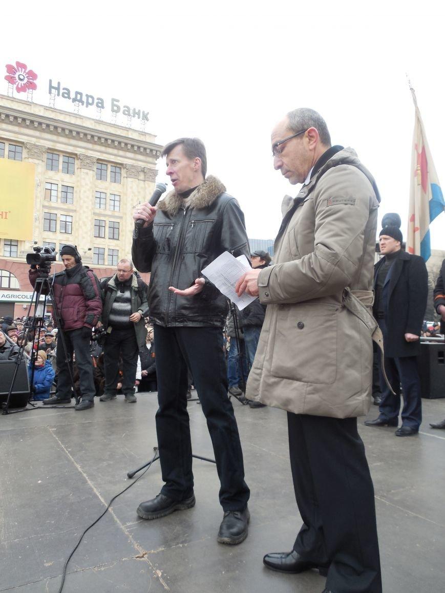 «Россия - SOS» или всего два украинских флага на многотысячную толпу: что происходит на площади Свободы (фото), фото-19