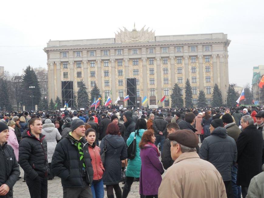 «Россия - SOS» или всего два украинских флага на многотысячную толпу: что происходит на площади Свободы (фото), фото-52