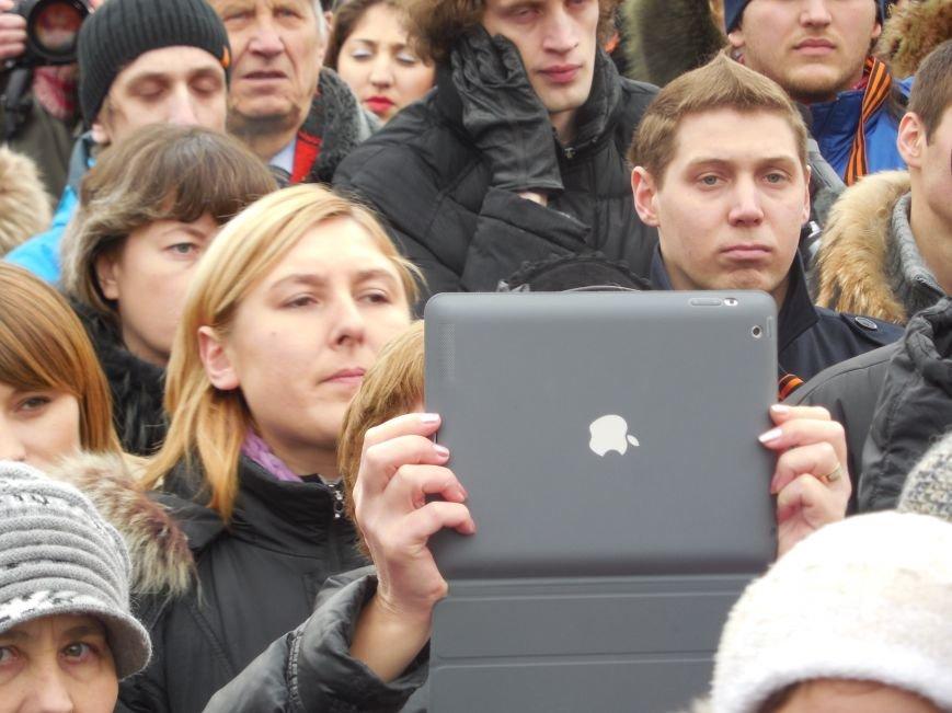 «Россия - SOS» или всего два украинских флага на многотысячную толпу: что происходит на площади Свободы (фото), фото-32
